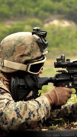 Солдат стрельба автомат